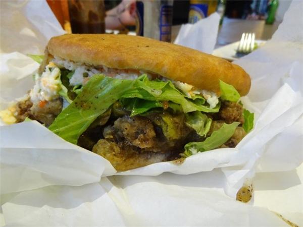 Trinidad: Đảo quốc này có một món ăn đặc sản nổi tiếng là bánh mì nhồi thịt cá mập chiên. Ảnh: Flickr/thecssdiv .