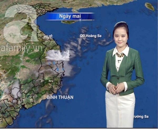 Trong khi đó những cô gái thời tiết Việt Nam lại trang nhã, thanh lịch như quý cô công sở.