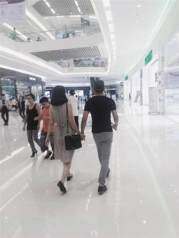 Ngọc Lan đeo khẩu trang kín mít khi cùng Thanh Bình đi dạo trong trung tâm mua sắm. Nữ diễn viên khéo léo che bụng bằng việc nhờ người thân chụp ảnh từ phía sau. Tuy nhiên, sự khác thường của Ngọc Lan đã bị cư dân mạng nhận ra. - Tin sao Viet - Tin tuc sao Viet - Scandal sao Viet - Tin tuc cua Sao - Tin cua Sao