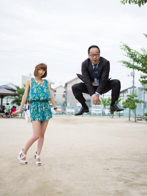 Những ông bố sẽ tạo dáng trẻ trung, nhảy cao, xoạt chân, ra vẻ đáng yêu bên cạnh cô con gái xinh đẹp đang tạo dáng cực kì nghiêm túc.