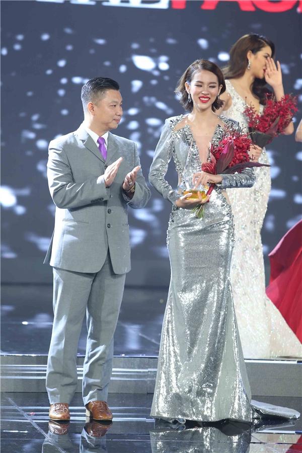 Trong giây phút đăng quang đầy xúc động, Phí Phương Anh cho biết cô đãnghĩ đến bố mẹ và ông bà. Trải qua 4 tháng luyện tập, vượt qua nhiều khó khăn, thử thách và phải xa gia đình khá lâu,người đẹp Hà Nội rất vui cũng như không nén được sự xúc động khi nhận được giải thưởng cao nhất cuộc thi.
