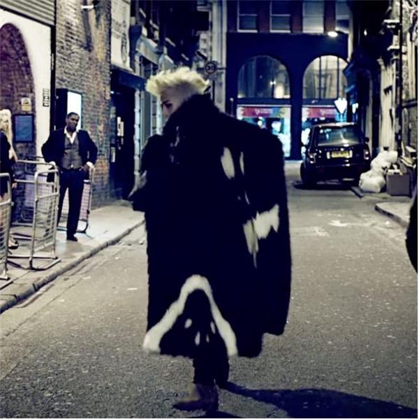 """Cư dân mạng nhanh chóng nhận ra một lần nữa Sơn Tùng lại khá """"tâm đầu ý hợp"""" khi diện trang phục có nhiều nét tương đồng với thiết kế mà G-Dragon từng mang vào MV Crooked."""