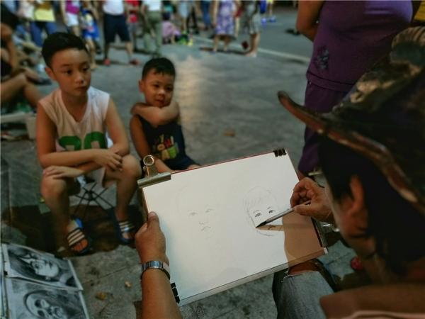 Ngay cổngvườn hoa tượng đài Lý Thái Tổ, các dịch vụ đường phố kháđa dạng từ vẽ chân dung, nặn tò he, nhảy dây hay chơi ô ăn quan...
