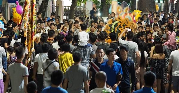 Việc khôi phục nhiều trò chơi dân gian vàcác hoạt động văn hóa đậm bản sắc dân tộc khiến người dân thủ đô rấtthích thú. Không khó bắt gặp hình ảnh cả gia đình con cái cùng dắt tay nhau đi bộ trên phố Hồ Gươm.