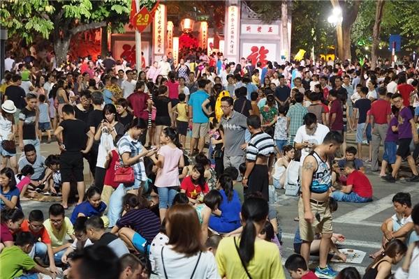 Cổng đền Ngọc Sơn,nơi đám trẻchơi ô ăn quan, nhảy dây và cờ tướng.