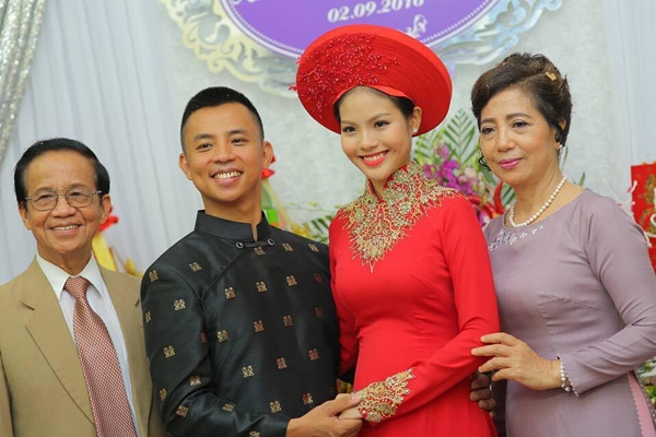 Cô dâu Khánh Linh năm nay vừa tròn 18 tuổi và sở hữu nhan sắc hết sức trẻ trung, xinh đẹp. - Tin sao Viet - Tin tuc sao Viet - Scandal sao Viet - Tin tuc cua Sao - Tin cua Sao