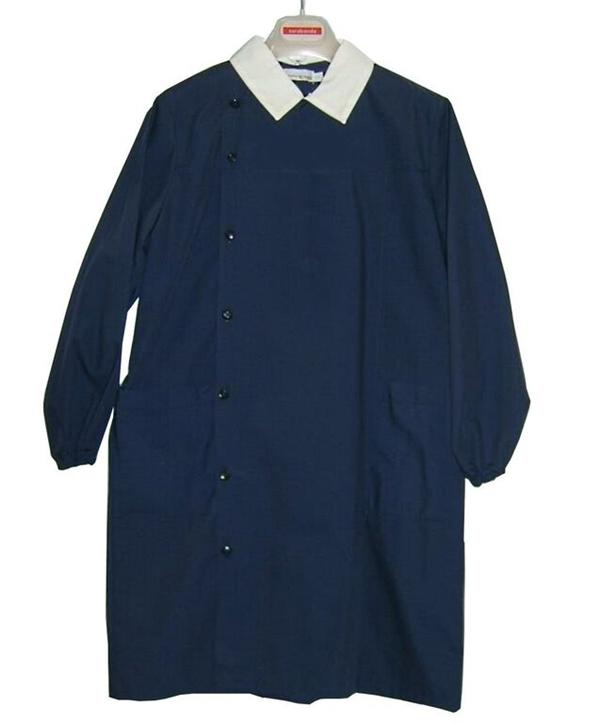 """Chiếc áo đồng phục truyền thống """"work smock"""" của trẻ em Ý."""