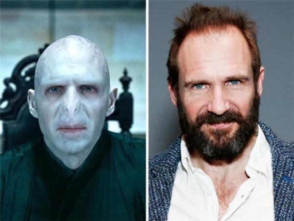 """""""Người mà ai cũng biết là ai""""- chúa tể Voldemort có bộ dạng đáng sợ trong phim thực chất là một diễn viên lịch lãm và rấtbảnh bao ngoài đời."""
