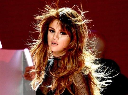 Selena Gomez vừa thông báo, cô phải hủy tour vì trầm cảm do căn bệnh Lupus.