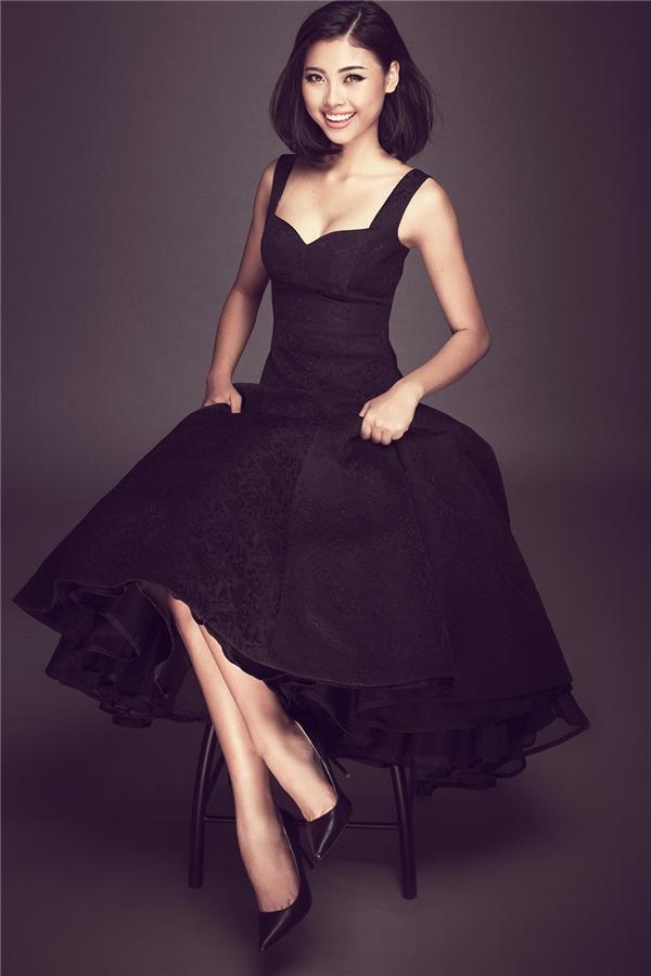 Top 5 Hoa hậu Việt Nam 2016 thể hiện nét đẹp thanh lịch, sang trọng pha chút gợi cảm trong dáng váy xòe, cúp ngực tinh tế. Thiết kế được tạo điểm nhấn bởi đường cắt hiện đại.