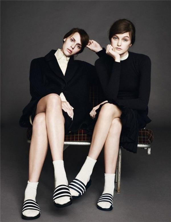 Rất nhiềungười mẫu thời trang nổi tiếng đang tích cực lăng xêmốt dép lê kết hợp vớ này.