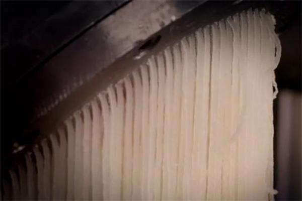 Sau khi được nấu sôi và trở nên đông đặc lại, thành phẩm được kéo thành từng sợi gelatin đặc quánh.