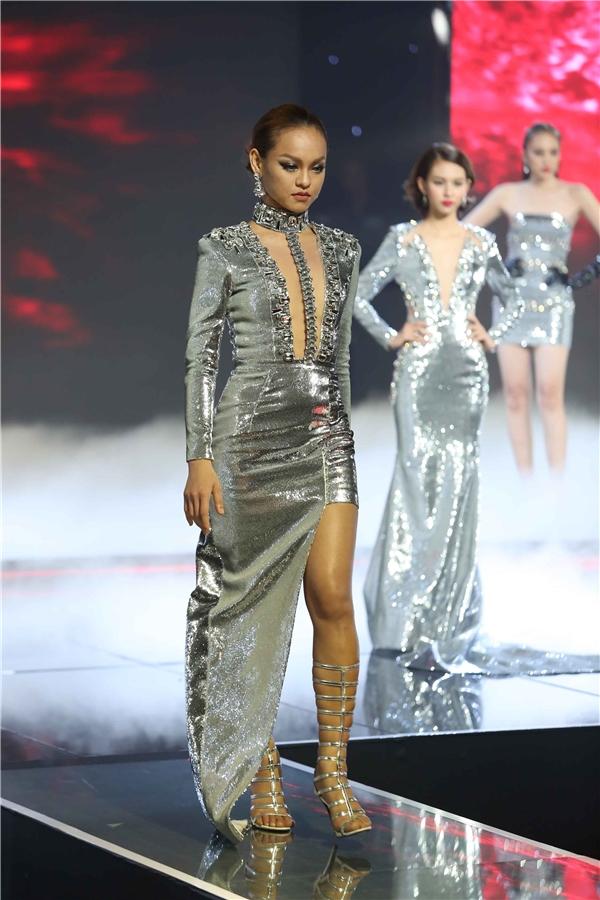 Bộ trang phục cuối cùng của thí sinh đội Lan Khuê trên sân khấu chung kết The Face Vietnam 2016 được xem là khá nhất nhưng vẫn làm lộ khuyết điểm đôi chân không mấy thon gọn của cô nàng.