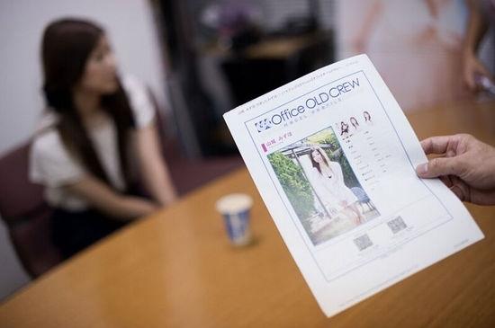 ...mà các cô gái phải trải qua hai vòng xét duyệt CV và phỏng vấn.
