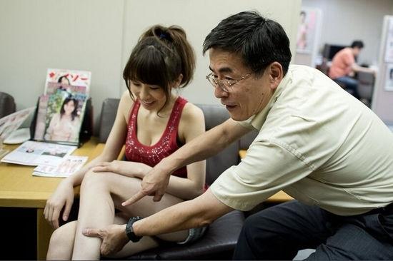 Đếntừng vết sẹo trên người cũng bị sămsoi kĩ càng.