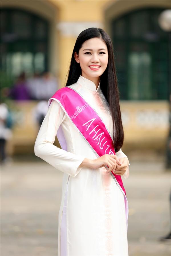 Tại Hà Nội, Thanh Tú trở về trường Chu Văn An, nơi cô theo học thời phổ thông. Người đẹp diện áo dài trắng tinh khôi kết hợp họa tiết màu hồng nhạt ngọt ngào.