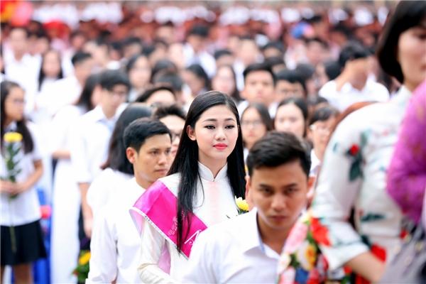 Á hậu Thanh Tú, Thùy Dung về thăm trường cũ ngày khai giảng