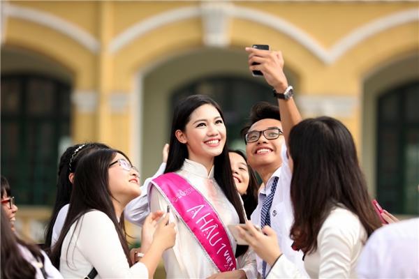 Sau buổi lễ, Thanh Tú vui đùa cùng đàn em đang theo học tại trường THPT Chu Văn An. Người đẹp liên tục chụp ảnh selfie để lưu giữ lại những kỉ niệm đẹp tại ngôi trường danh tiếng.