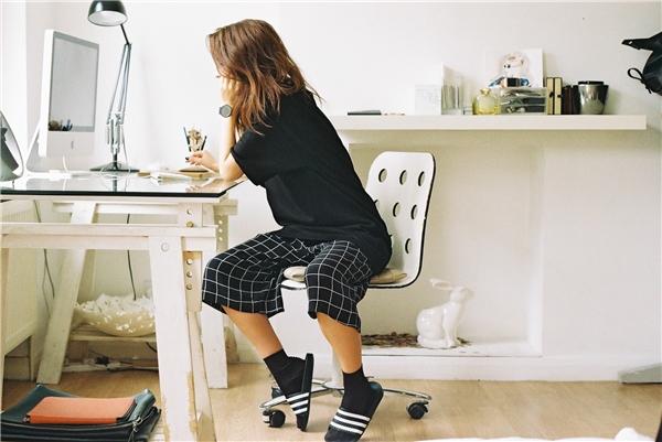 Nếu bạn đang sở hữu một đôi dép đế đen thì nên kết hợp chúngcùng với vớ đen, cách phối này sẽ không gây rối mắt người nhìn.