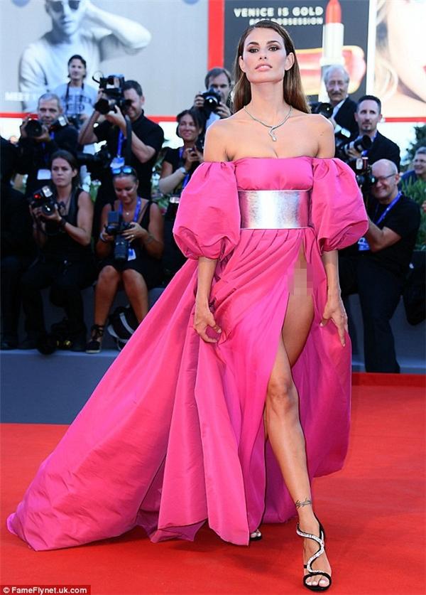 Hai mẫu nữ gây nhức mắt với kiểu váy hở táo bạo trên thảm đỏ LHP Venice