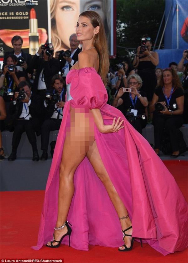 Dayane diện bộ đầm hồng xẻ tà cao.