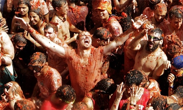 """Lễ hội năm nay có khoảng 22.000 người tham gia với 160 tấn cà chua được sử dụng làm """"vũ khí""""."""