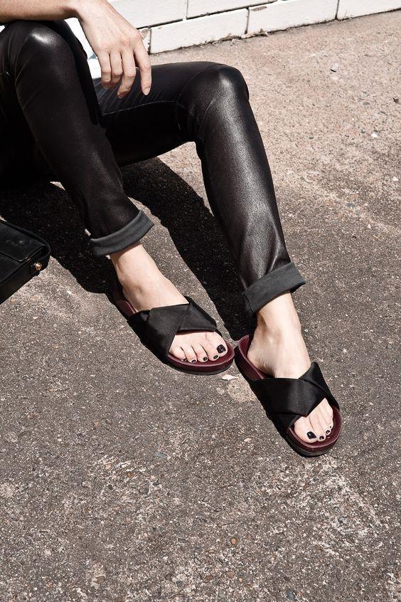 Phần quai lạ mắt sẽ khiến đôi dép của bạn trở nên độc đáo và sang trọng hơn.
