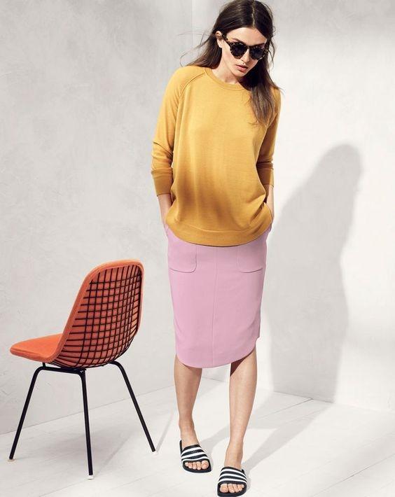 """Dù bạn đang diện váy bút chì cùng với áo len dịu dàng thì vẫn hoàn toànkết hợp được với dép lê, vì đây là kỉ nguyên của những thiết kế """"bất quy tắc""""."""