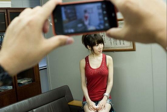 Sau khi phỏng vấn về kinh nghiệm của ứng viên, ông Kubori sẽ yêu cầu họ cởi bỏquần áo để chụp ảnh và lựa chọn.Bên cạnh gương mặt xinh xắn và hình thể hoàn hảo...