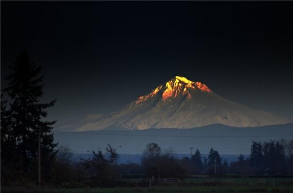 Dung nham tuôn chảy trên Đỉnh Hood, một ngọn núi lửa ở Oregon