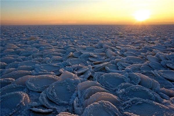 Các tảng băng tròn rải khắp mặt đất trông như ai đấy vừa lỡ tay nướng quá nhiều bánh kếp.