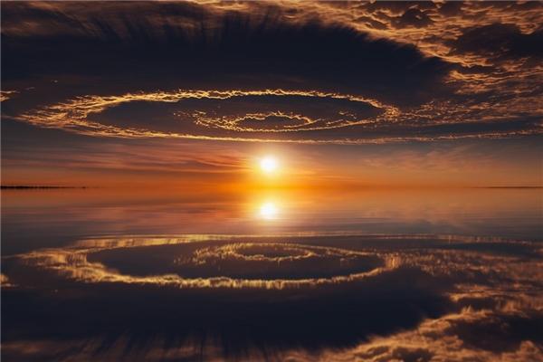 Sự phản chiếu của bầu trời khiến nơi đây trông như một cánh cổng dẫn đến thế giới khác.