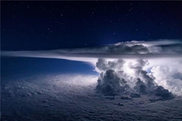 Một cơn bão lớn đang dầnhình thành - khung cảnh nhìn đượctrên một chiếc máy bay ở độ cao 11.000 mét so với mặt đất.