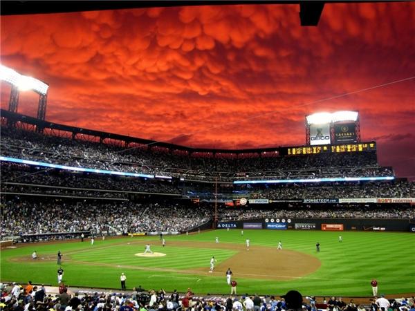 Liệu trận đấu có thể tiếp tục dưới bầu trời rực lửa này không?