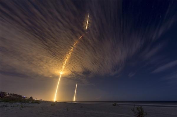 Đường bay kì ảo của một quả tên lửa vừa mới bắn lên không trung