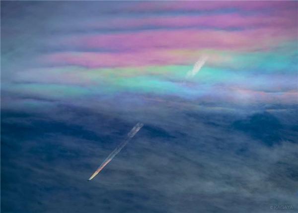 """Vệt khói có màu7 sắc cầu vồng mà chiếc máy bay để lại sau khi xuyên thủng """"9 tầng mây"""""""
