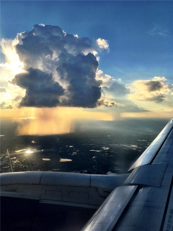 Một cơn mưa lớn khi nhìn qua cửa sổ máy bay