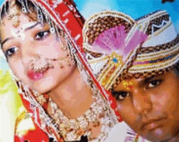 Quá xinh đẹp và thông minh lại thân thiện, Rekha được nhiều người đàn ông ngưỡng mộ, điều đó đãbiến thành bi kịch của cuộc đời cô.