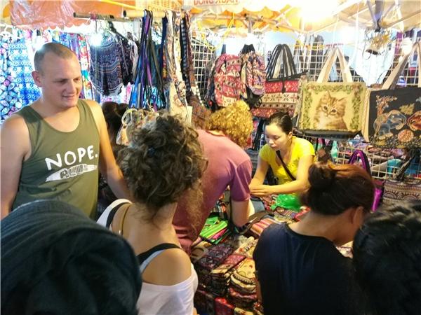 Ngay cả các gian hàng thủ công và các sản phẩm làm bằng taytrước đây thu hút rất đông khách hàngnay cũng trong tình trạng vắng vẻ. Vài người Việtđi qua chỉxem lướt chứ khôngdừng chân.
