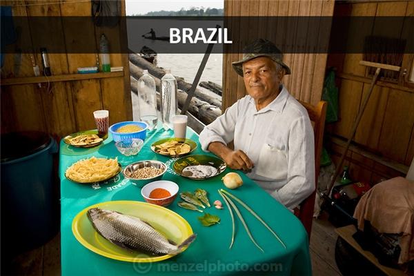João Agustinho Cardoso (69 tuổi), ngư dân sống trong ngôi nhà nổi ở sông Solimoes, Manacapuru, Brazil: 5.200 calo mỗi ngày. Nhà ông không có điện, không có nhà vệ sinh, nước sông không uống được nhưng lại có nhiều cá, đặc biệt là loài cá piranha dữ tợn.