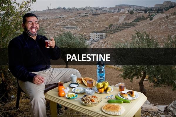 Abdul-Baset Razem (40 tuổi), tài xế và hướng dẫn viên du lịch tại làng Abu Dis, Đông Jerusalem, Palestine: 3.000 calo mỗi ngày