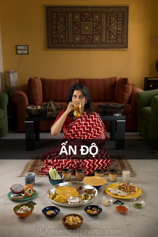 Millie Mitra (45 tuổi), nhà tư vấn giáo dục tại thị trấn Benson, Bangalore, Ấn Độ: 2.100 calo mỗi ngày. Cô ăn chay, tập Yoga và uống nước tiểu vào mỗi buổi sáng sớm.