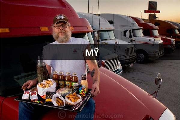 Conrad Tolby (54 tuổi), tài xế xe tải tại Effingham, Illinois, Mỹ: 5.400 calo mỗi ngày. Vì liên tục lái xe đường dài và ăn uống trên đường nên anh hầu như chỉ ăn đồ ăn nhanh, nhiều dầu mỡ.