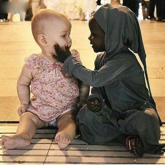 Không có bất kìrào cản nào, đặc biệt là về chủng tộc, màu da, có thểngăn cách tình cảm, sự quan tâmgiữa con người với con người.