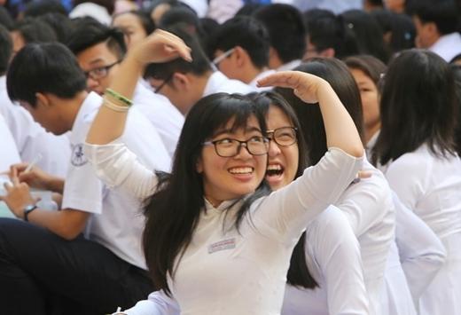 Nữ sinh trường THPT Chuyên Trần Đại Nghĩa, TP. HCM vui vẻ chào đón ngày năm học mới. (Ảnh:Hải An)