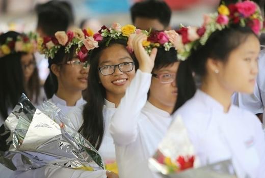 Học sinh tại một trường ở TP. HCM đội vòng hoa trong ngày khai giảng. (Ảnh:Hải An)