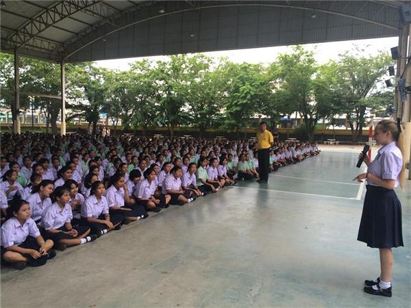 Ngày khai trường của Thái Lan thường bắt đầu vào đầu tháng 5 đối với trường công lập, còn các trường quốc tế thì bắt đầu vào đầu tháng 8 hoặc đầu tháng 9. Nhìn gương mặt hăng hái của các học sinh chắc là có nhiều chuyện muốn nói với nhau lắm đây.