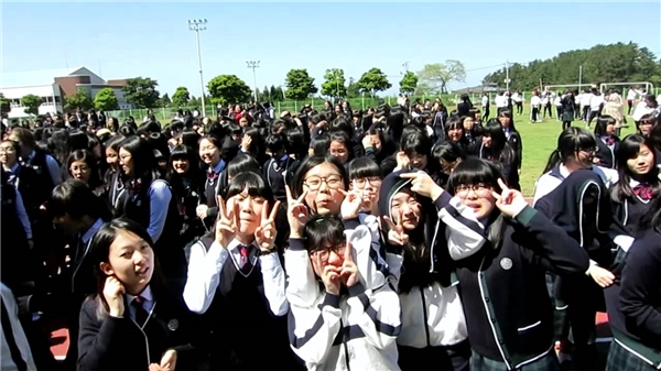 """Tuy có bị """"phơi nắng"""" một chút nhưng xem ra các bạn học sinh Hàn Quốc đang rất vui vì được đi học lại."""