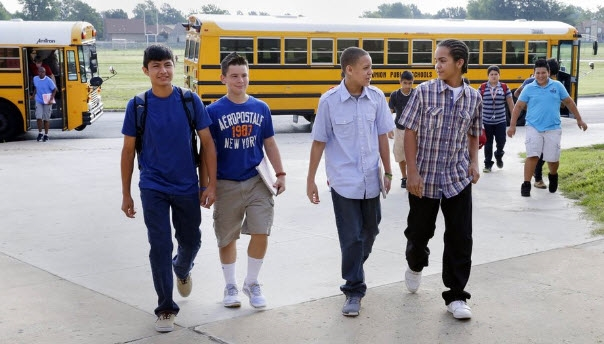 Các học sinh Mĩ nô nức lên xe đến trường trong tâm trạng cực phấn khích.