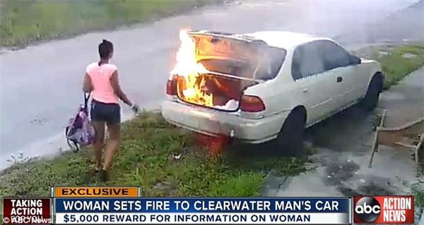 Hình ảnh Carmen đốt xe người yêu cũ một cách bình thản đã bị máy quay an ninh ghi lại.